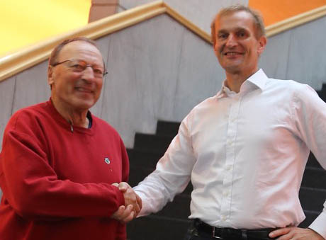 Dr. Rainer Hoenle lässt sich gern von seinem Vize-Präsidenten Dr. Henning Stumpp folgen und beglückwünscht diesen mit Handschlag