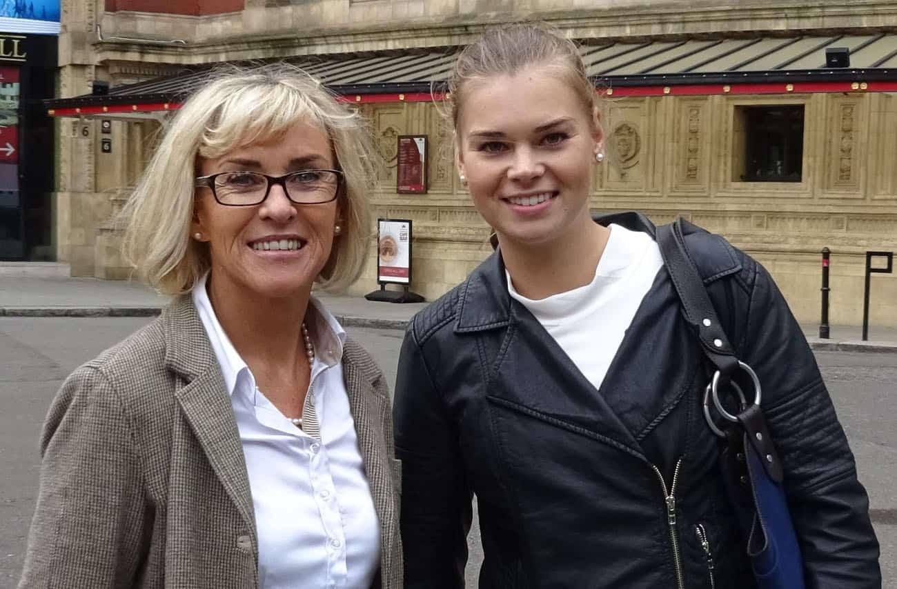 Mutter und Tochter mal ganz Zivil in London im September
