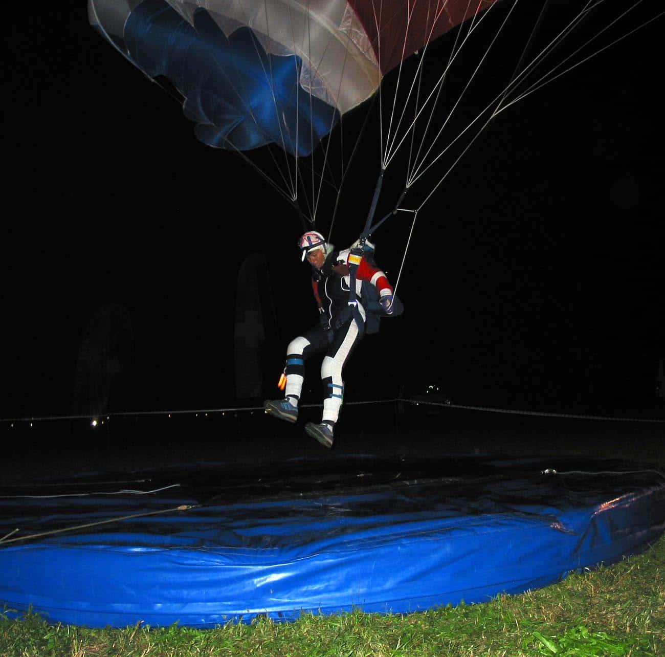 Gerda beim Nacht-Zielsprung Locarno2000