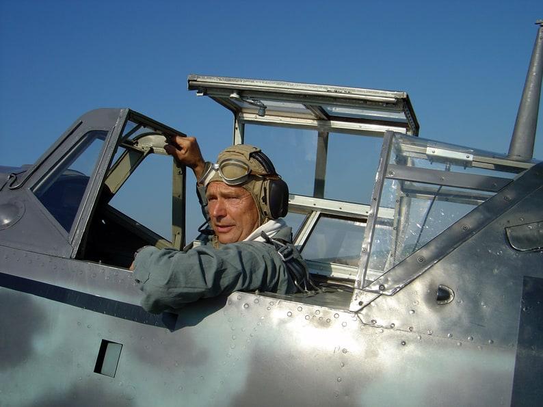 Walter Eichhorn in seinem Element im Cockpit eines Flugzeugs
