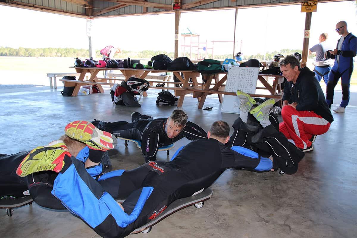 Der Sprungablauf auf den Rollbrettern unter Beobachtung des Trainers Solly Williams von den Golden Knights