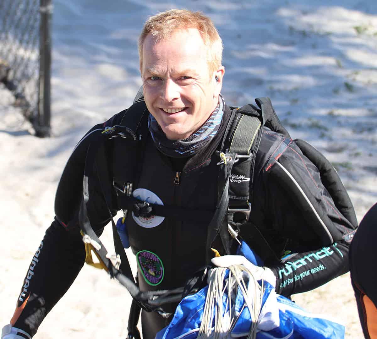 Chris Wirth nach der Landung und guter Laune auf zum nächsten Sprung