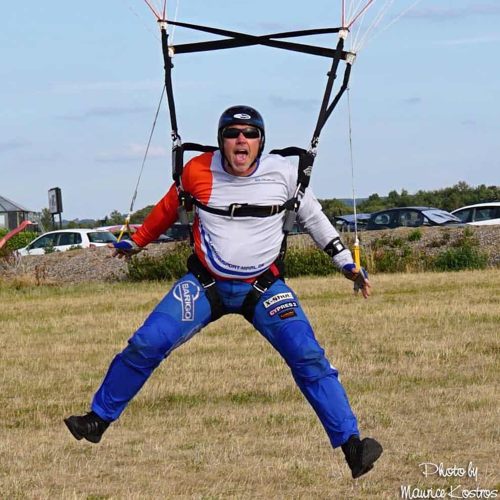 Tobi Koch swoopt und rockt seinen CF-Schirm. Nicht das Mittel seiner Wahl für spektakuläre Landungen