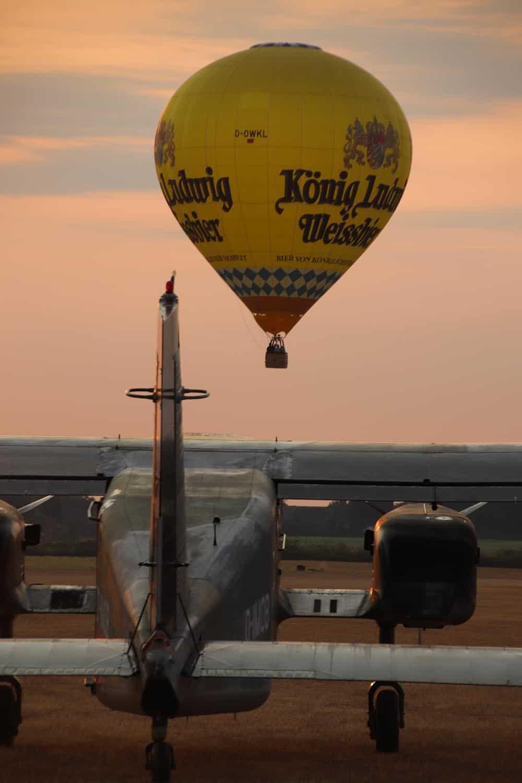 Soest erwacht am Morgen mit den Ballonfahrern über der Do 28