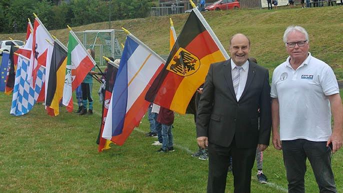 Bürgermeister Torsten Bauer und Veranstalter Klaus Mathies vom FSC Remscheid. Nach der Eröffnung mit den Fahnen aller 16 Bundesländer und den internationalen Gästen in der Wertung des D-Cups.