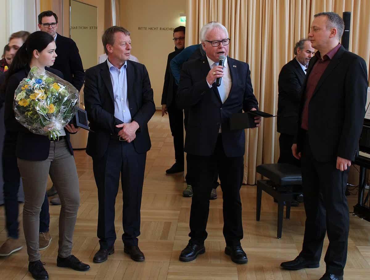 Präsident des FSC, Klaus Matthies am Mikrofon zwischen dem Oberbürgermeister von Remscheid, Burkhard Mast-Weisz und dem BM-Regionalchef Guido Radtke (rechts) Foto: Jürgen Moll (jumo)